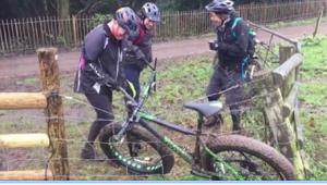 Ciclistas hacen todo lo posible para liberar una bicicleta de una cerca eléctrica (VIDEO)