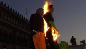Queman figura de EPN frente a Palacio Nacional