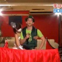 Karaoke singen, während Mann befriedigt wird