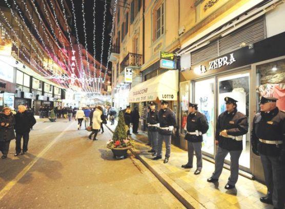 Una foto di Via Giacomo Matteotti a Sanremo con Guardia di Finanza