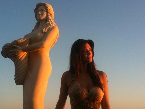 L'attrice Manuela Arcuri con alle spalle la statua in suo onore