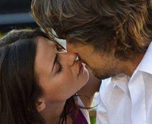 Diana e Joao si baciano