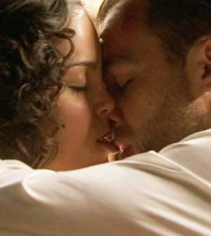 Aurora e Fernando si baciano