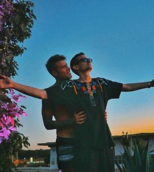 Fabio Rovazzi e Fedez abbracciati: la foto conquista il web