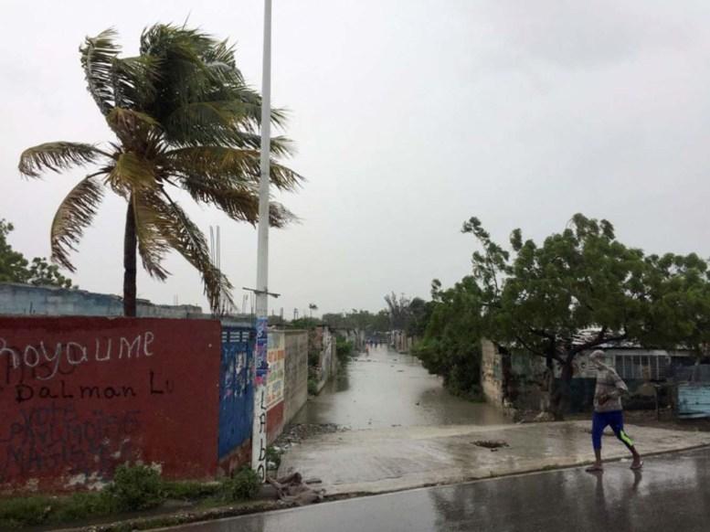 Una calle inundada por el paso del huracán Matthew en Puerto Príncipe, oct 4, 2016. El ojo del poderoso huracán Matthew, el más feroz en azotar el Caribe en casi una década, se trasladaba sobre el Golfo de Gonave, en Haití, dirigiéndose hacia la zona oriental de Cuba, dijo el martes el Centro Nacional de Huracanes (CNH), con sede en Miami. REUTERS/Carlos Garcia Rawlins