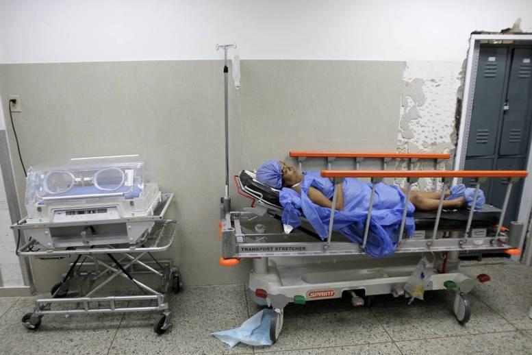 Una mujer acostada en una cama en una maternidad en Maracaibo, Venezuela. Photo: Isaac Urrutia/REUTERS