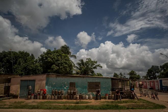 En el estado Monagas, donde se quema la mayor parte del gas, PDVSA no ha construido ninguna red de gas residencial, por lo que la gente tiene que llenar tanques. PHOTO: MIGUEL GUTIÉRREZ POR THE WALL STREET JOURNAL
