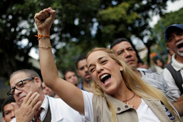 Lilian Tintori, wife of jailed Venezuelan opposition leader Leopoldo Lopez, gestures after a gathering to donate supplies at the Dr. Jose Gregorio Hernandez Hospital in Caracas, Venezuela November 30, 2016. REUTERS/Ueslei Marcelino