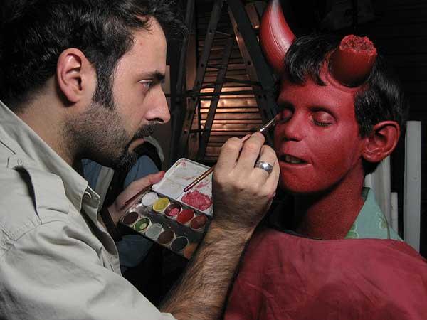 David Martí maquillando para 'Hellboy' (Guillermo del Toro, 2004)