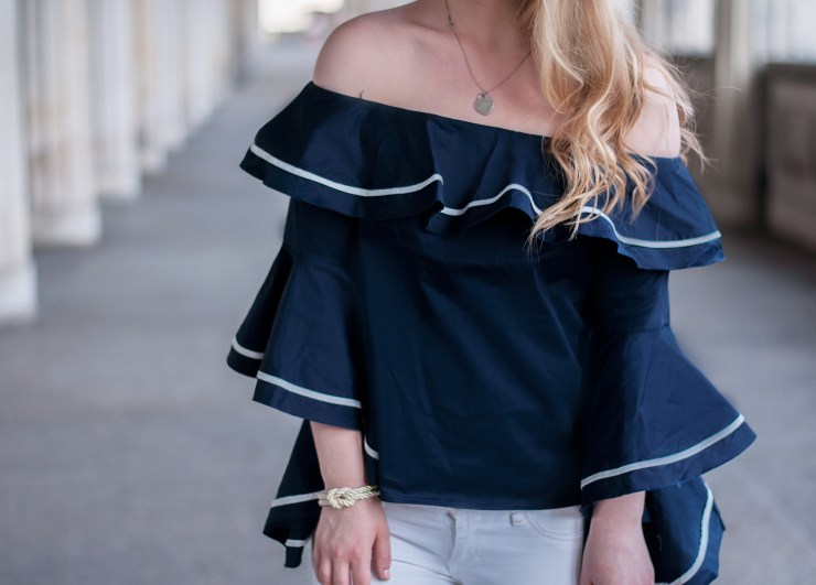 maritime-chic-look-outfit-modeblogger-berlin-streetstyle-bell-sleeves-blue-white-minibag-mezzanotte-museumisland-museumsinsel-7