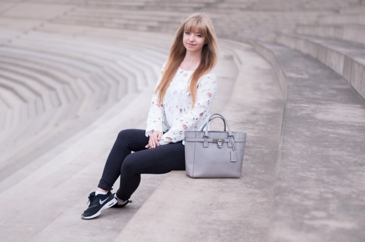 fall-outfit-autumn-inspiration-grey-black-white-lace-shirt-michaelkors-nike-thea-fashion-blogger-modeblogger-duisburg-streetstyle-the-curve-4