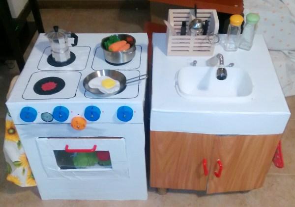 la cucina giocattolo in cartone