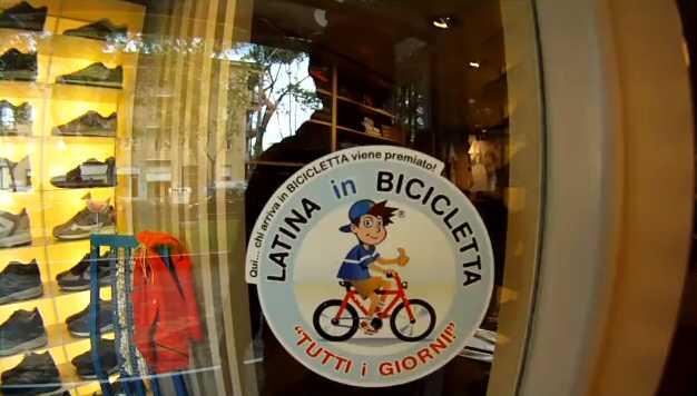 latina-in-bicicletta-g56e542wf