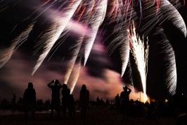 Fuochi d'artificio al lido di Latina, il terremoto non ferma l'evento. Il ricavato andrà in beneficenza