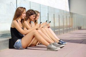 ragazze-cellulari-telefono