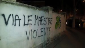 scritte-muri-scuola-piazza-dante-maestre-violente-5