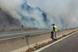 FOTO Ancora fiamme sulla Pontina, traffico bloccato in entrambe le direzioni