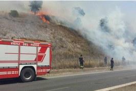 Ancora un incendio sulla Pontina, strada chiusa al traffico