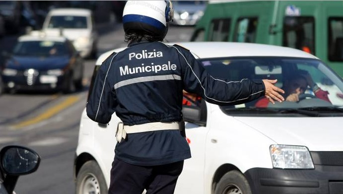 vigile-vigilessa-polizia-locale-latina
