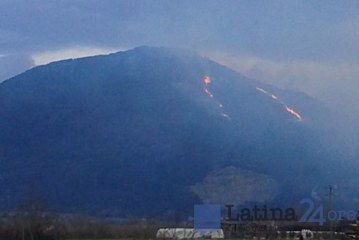 FOTO Enorme incendio a Sermoneta, intervengono i Canadair