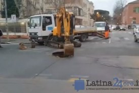 FOTO VIDEO Vicino piazza Dante si apre una voragine enorme