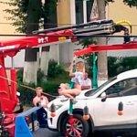 (VIDEO) Mujer rusa le bailó a unos policías para evitar que la grúa se llevará su carro