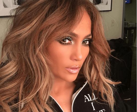 Jennifer Lopez se pasea sin sostén para lucir enorme escote