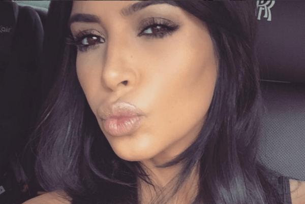 Kim Kardashian reaparece rubia y con escote que deja muy poco a la imaginación