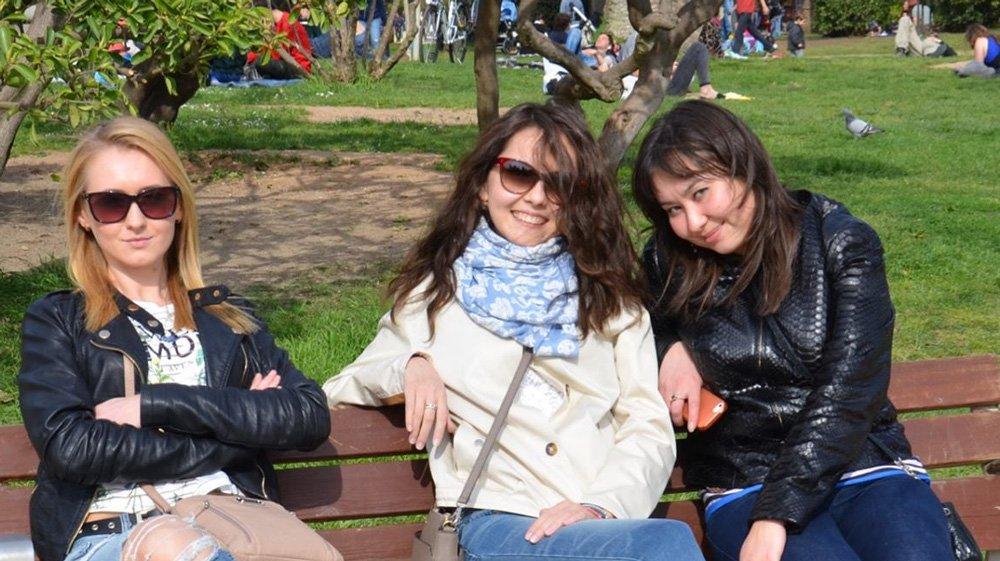 La imagen de estas tres chicas sentadas te dejará pensando toda la tarde
