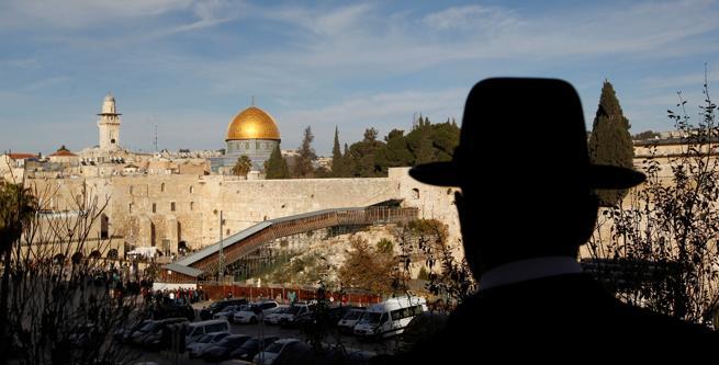 Un ultraortodoxo contempla la Explanada de las Mezquitas y el Muro de las lamentaciones