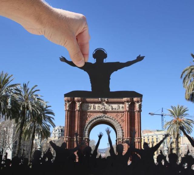 Paperboyo improvisa un concierto con sus recortes en el Arco de Triunfo de Barcelona