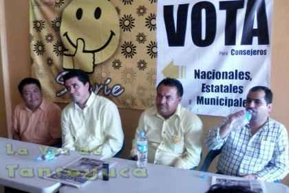 El Lic. Enrique Francisco Santiago, recibió al Candidato de la planilla Sonríe para la Presidencia Estatal del PRD; los acompañó el Prof. Jorge Flores Lara y el Lic. Erick Flores Nava.