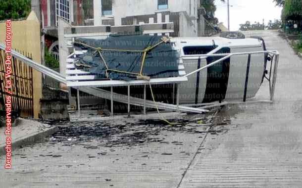 Vuelca camioneta cargada de vidrio en Tantoyuca