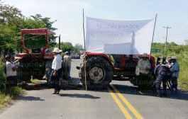 Comuneros de Santa Clara bloquean carretera federal