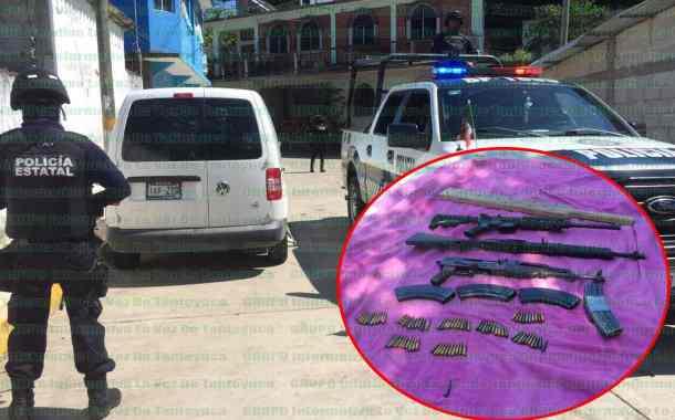 Elementos policiacos aseguran vehículos con reporte de robo y armas largas