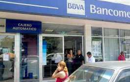 En Bancomer, mujeres indígenas regresan dinero que les dieron de más y ahora las acusan de robo