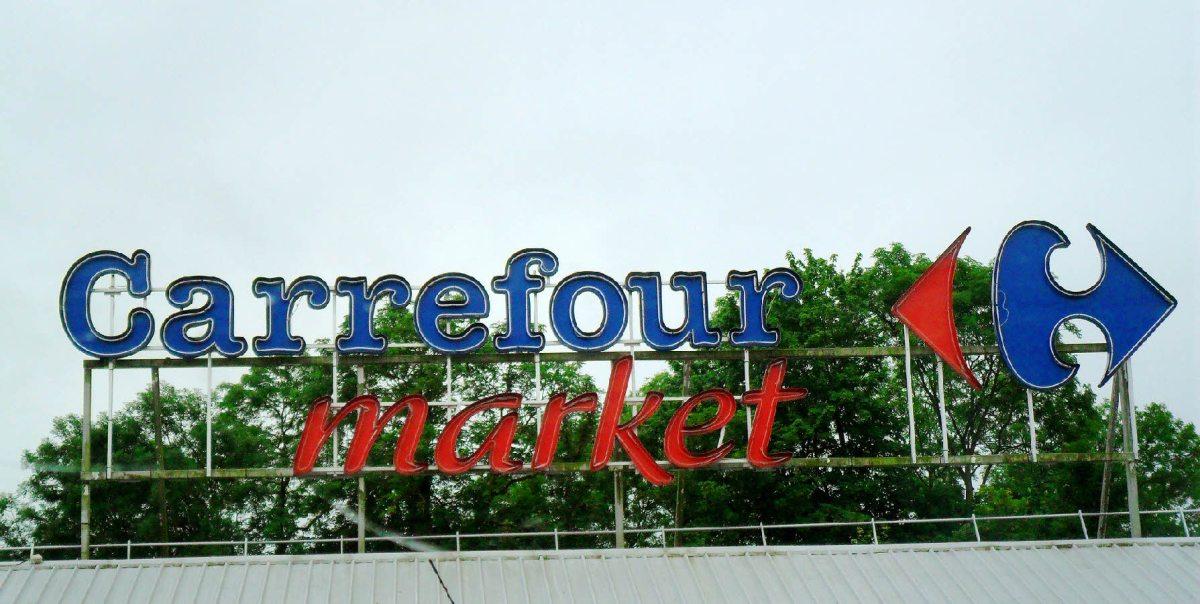 Un magasin Carrefour éclairé grâce à la lumière naturelle