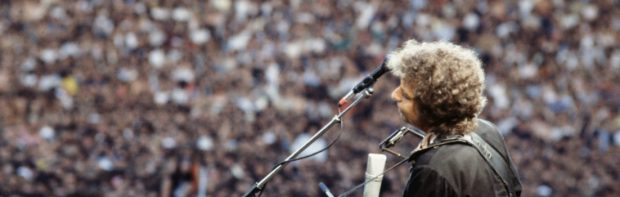 cropped-1-Bob-Dylan-performs-for-a-massive-crowd-in-London-in-1984.-1.jpg