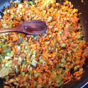faire cuire oignon, ail, carottes et céleri branche
