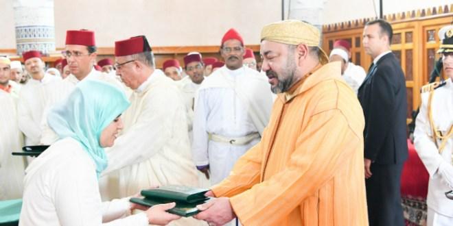 VIDEO- Le roi remet un prix aux majors du programme de lutte contre l'analphabétisme dans les mosquées