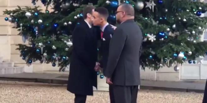 VIDEO – Moulay El Hassan a salué Macron sous le regard du roi
