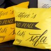 Les coussins sont disponibles en : orange, jaune, ivoire claire, ivoire foncé et vert.