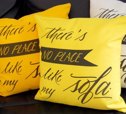 I cuscini in altri colori: arancione, giallo e avorio.