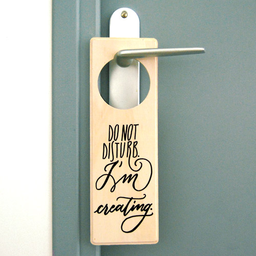 "Plaque de porte en bois ""Do not disturb. I'm creating"" 