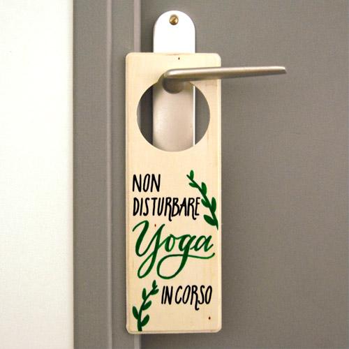 """Idee regalo per appassionati di yoga: Cartello per porta """"Non disturbare. Yoga in corso"""""""