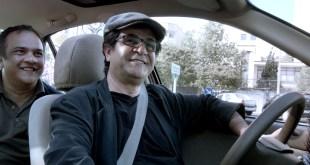 Omid est tout fier d'avoir reconnu le cinéaste et de se faire conduire...