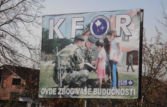 Manifesti che promuovono l'impatto positivo delle truppe internazionali, nel tentativo di ridurre le tensioni in Kosovo