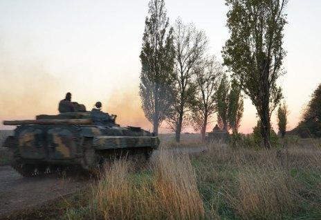 Alcuni carri armati ucraini si precipitano sul fronte in risposta ad un attacco di artiglieria lanciato dalle forze separatiste, supportate dai russi.