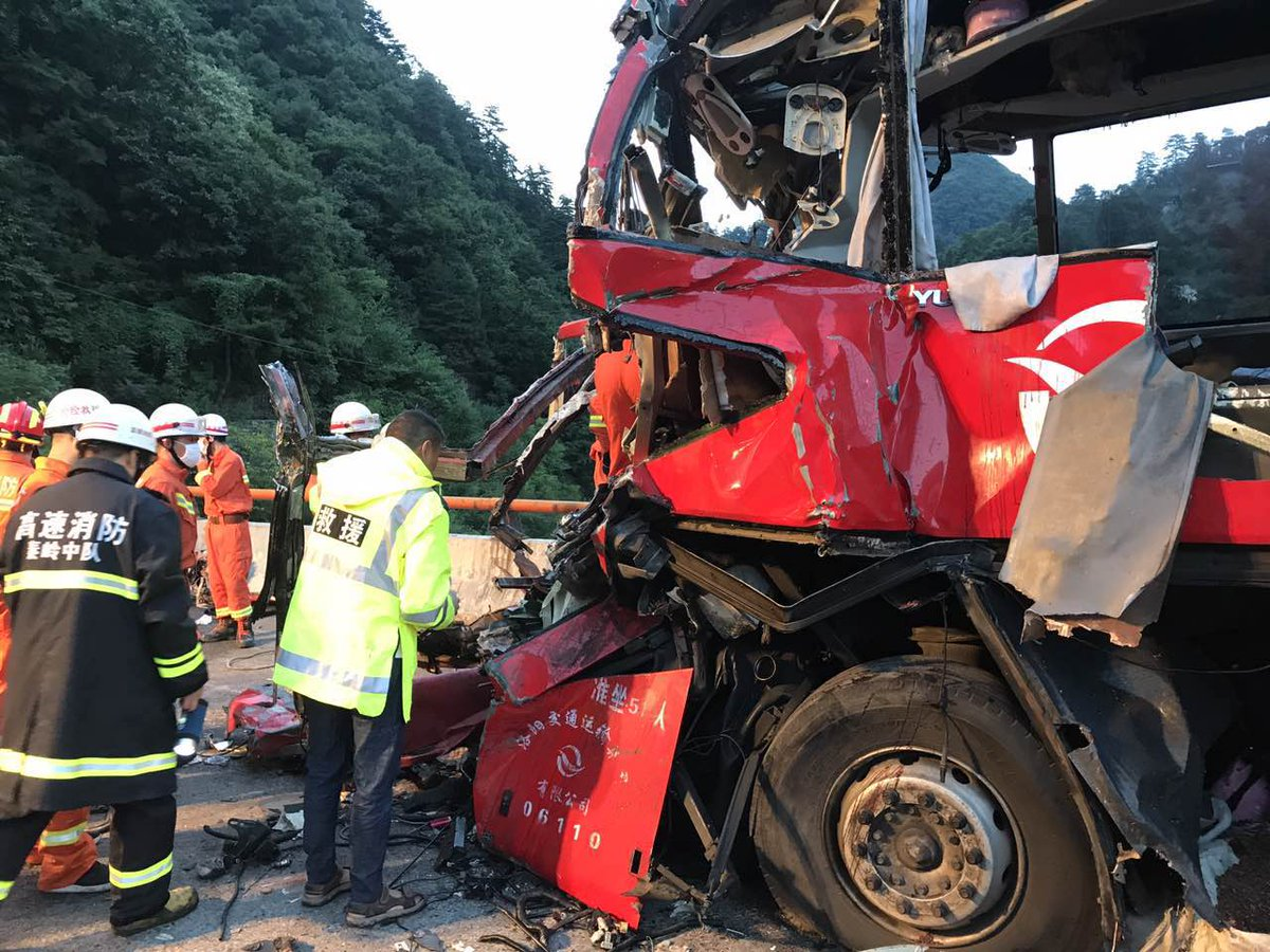 Cina, bus si schianta all'ingresso di un tunnel: 36 morti