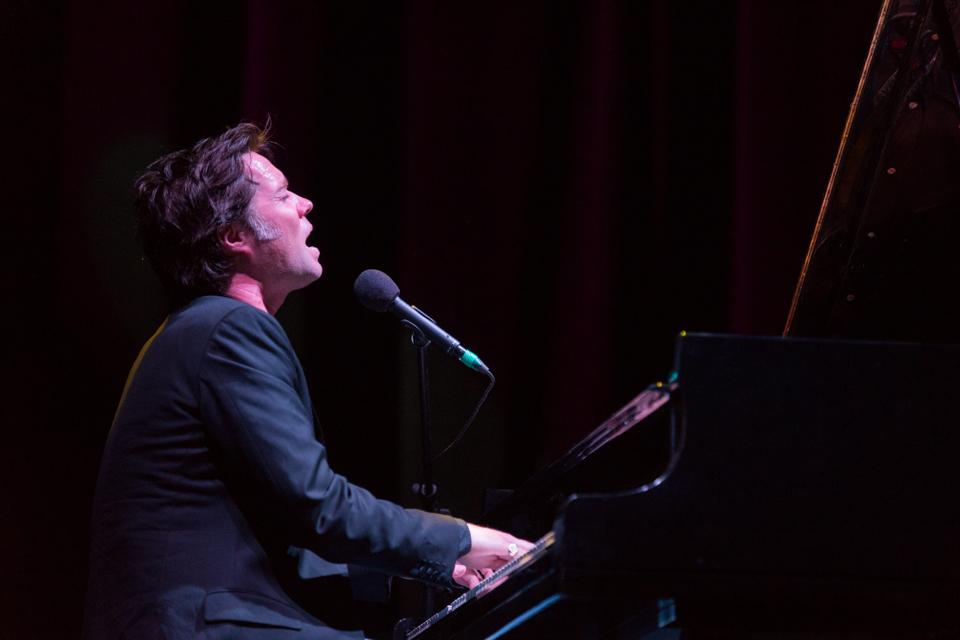 """Uno de los momentos más emotivos fue cuando el compositor interpretó un cover a """"Hallelujah"""", original de Leonard Cohen / Foto: Diego Figueroa"""